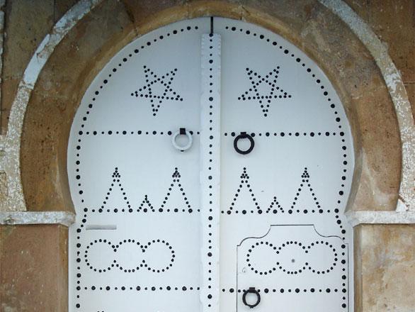Photo porte blanche dans sidi bou sa d tunisie tunisie for Decoration porte sidi bou said